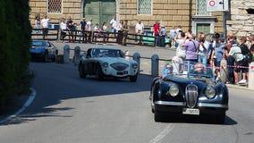 Dekoratives Fenster einer historischen Wohnung Historisches Gran Prix Parade von historischen Autos entlang dem Weg der venetiani stock video footage