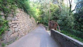 Dekoratives Fenster einer historischen Wohnung Reiter oder Radfahrer POV Gopro 4K Hyperlapse entlang den Hügeln, die Bergamo mit  stock footage