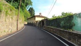 Dekoratives Fenster einer historischen Wohnung Reiter oder Radfahrer POV Gopro 4K Hyperlapse entlang den Hügeln, die Bergamo mit  stock video footage