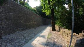 Dekoratives Fenster einer historischen Wohnung Reiter oder Radfahrer POV Hyper Versehen Gopro 4K entlang den Hügeln, die Bergamo  stock video