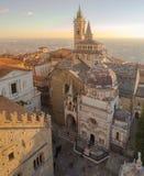 Dekoratives Fenster einer historischen Wohnung Vogelperspektive der Basilika von Santa Maria Maggiore und von Kapelle Colleoni lizenzfreies stockbild
