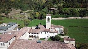 Dekoratives Fenster einer historischen Wohnung Vogelperspektive des ehemaligen Klosters von Astino, bereiten für den internationa stock video
