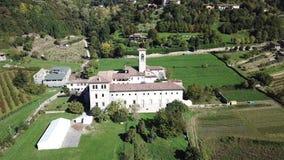 Dekoratives Fenster einer historischen Wohnung Vogelperspektive des ehemaligen Klosters von Astino, bereiten für den internationa stock footage