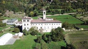 Dekoratives Fenster einer historischen Wohnung Vogelperspektive des ehemaligen Klosters von Astino, bereiten für den internationa stock video footage