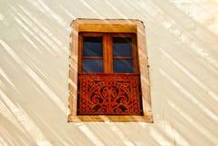 Dekoratives Fenster im Sonnenlicht und Schatten Lizenzfreie Stockfotografie