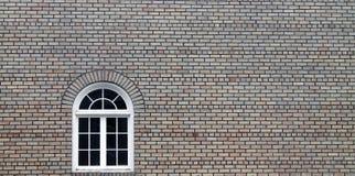 Dekoratives Fenster in Tan Brick Building Stockbilder