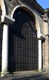 Dekoratives geschmiedetes Gitter zwischen Spalten von StNedelya-Kirche, Sofia, Bulgarien lizenzfreie stockbilder