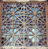 Dekoratives geschnitztes hölzernes Gitter auf dem alten Fenster Lizenzfreie Stockfotos