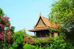 Dekoratives Giebelende der thailändischen Häuser Lizenzfreies Stockfoto