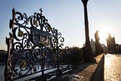 Dekoratives Gitter mit John der Nepomuk-Bronzestatue auf Charles Bridge, Prag, Tschechische Republik, sonniger Tag stockfotografie