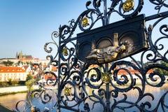Dekoratives Gitter mit John der Nepomuk-Bronzestatue auf Charles Bridge, Prag, Tschechische Republik, sonniger Tag lizenzfreie stockfotos