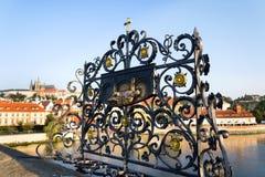 Dekoratives Gitter mit John der Nepomuk-Bronzestatue auf Charles Bridge, Prag, Tschechische Republik, sonniger Tag lizenzfreies stockfoto
