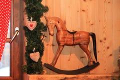 Dekoratives hölzernes Schaukelpferd der Weihnachts- und des neuen Jahresdekoration spielen im Retrostil Stockfoto