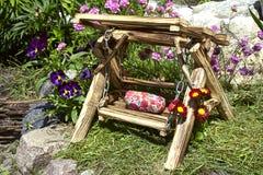 Dekoratives hölzernes Schwingen im Garten Lizenzfreie Stockfotos