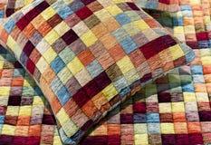 Dekoratives Kissen und Plaid werden von den mehrfarbigen Stücken Gewebe genäht lizenzfreies stockfoto