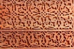 Dekoratives Muster - Steinschnitzen in Qutub Minar lizenzfreie stockfotografie