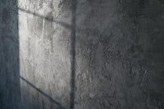 Dekoratives Pflaster Künstlicher Beton Die Beschaffenheit der grauen Betonmauer mit einem Schimmer des Lichtes vom Fenster stockbild