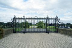 Dekoratives Schmiedeeisentor von Blenheim-Palast in England Lizenzfreies Stockfoto