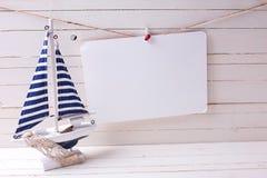 Dekoratives Segelboot und Empty tag auf Wäscheleine auf woode Lizenzfreie Stockfotografie