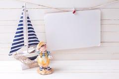 Dekoratives Segelboot und Empty tag auf Wäscheleine auf woode Lizenzfreie Stockfotos