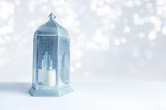 Dekoratives Silber und blaue arabische Laterne auf dem Tisch mit funkelnden bokeh Lichtern Grußkarte für moslemische Gemeinschaft Lizenzfreies Stockbild