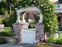 Dekoratives Tor mit Rosen Blumen u. Natur-Hintergrund Lizenzfreie Stockfotos