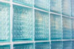 Dekoratives und glattes Glasblockfenster im Blau als Beschaffenheit oder für Hintergrund Geometrischer Hintergrund Stockbild