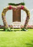 Dekoratives Wölbungsherz mit Blume Stockfotos