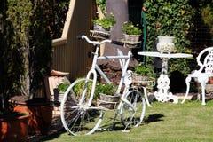 Dekoratives weißes Fahrrad mit Anlagen Lizenzfreie Stockfotos
