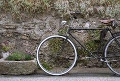 Dekoratives Weinlesefahrrad Stockbild