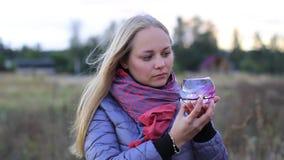 Dekorativt akvarium med blommor och garneringar i kvinnliga händer stock video