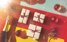 Dekorativt begrepp för nytt år och för jul 2019 Julleksaker, en flaska av champagne och askar med gåvor i packen på ett rött arkivfoton