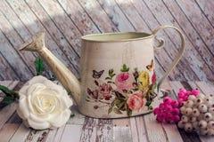 Dekorativt bevattna kan i stilen av Provence och Chebbi stil royaltyfri fotografi