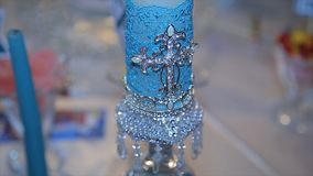 dekorativt blått stearinljus Vit stor dekorativ stearinljus med helgedomkorset Diagramet av korset på stearinljuset selektivt Royaltyfria Bilder