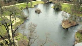 Dekorativt damm för slott Trädgårds- projekt på badningdammet Oasen av stillhet i trädgård parkerar stock video
