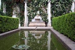 Dekorativt damm i den spanska slotten i Seville arkivbilder