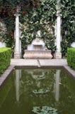 Dekorativt damm i den spanska slotten i Seville Spanien royaltyfri fotografi