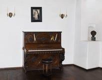 Dekorativt dekorerat piano i gästrummet av klislotten i klistad i Rumänien royaltyfria foton