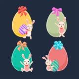Dekorativt easter ägg av fluga- och tecknad filmteckenet av den gulliga kaninen på blå bakgrund vektor illustrationer