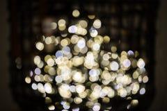 Dekorativt f?rgade felika ljus som gjordes suddig med bokeh p? sk?rm i ett korgslut upp arkivbilder