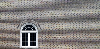 Dekorativt fönster i en Tan Brick Building Arkivbilder