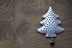 Dekorativt granträd på gammal träbakgrund Begrepp för vinterferier kortjul som greeting lyckligt glatt nytt år arkivbild