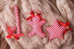 Dekorativt handcraft julgodisrottingen, stjärnan och pepparkakamannen på woolen bakgrund, lantlig bakgrund för glad jul arkivbilder