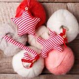 Dekorativt handcraft julgodisrottingen, stjärnan och pepparkakamannen på woolen bakgrund, lantlig bakgrund för glad jul royaltyfria foton