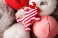 Dekorativt handcraft julpepparkakamannen på woolen bakgrund, lantlig bakgrund för glad jul royaltyfri fotografi