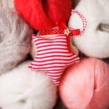 Dekorativt handcraft julstjärnan på woolen bakgrund, lantlig bakgrund för glad jul royaltyfri bild