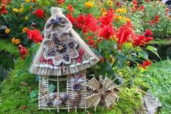 Dekorativt hus från frö och flätade trådar Royaltyfri Fotografi