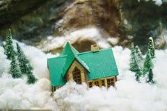 Dekorativt hus i bergen, orienteringen Arkivbild