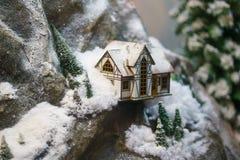 Dekorativt hus i bergen, orienteringen Royaltyfria Bilder