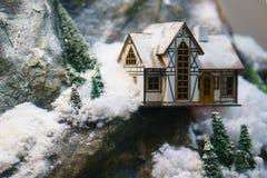 Dekorativt hus i bergen, orienteringen Royaltyfria Foton